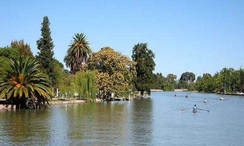 Lago y rosedal