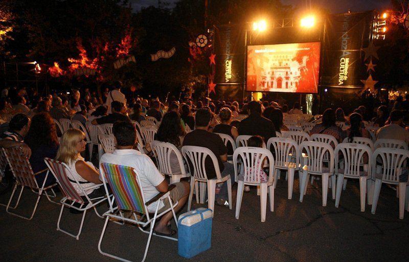 23-01-12 Parque General San Martin, Mendoza. Inicio del ciclo Noche de Cine en el parque
